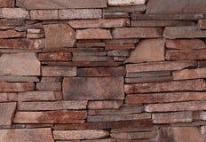 Parede da colocação desigual do tijolo decorativo da fachada da construção Imagens de Stock Royalty Free