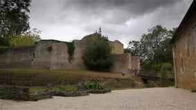 Parede da defesa de en Auge de Crevecoeur do castelo em Normandy França video estoque