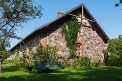 Parede da fachada da casa letão tradicional Foto de Stock