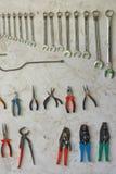 Parede da ferramenta com chaves e alicates imagem de stock