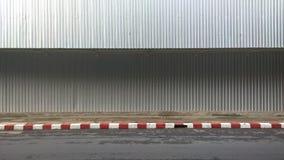 Parede da folha do zinco ao lado do passeio para safty Imagem de Stock Royalty Free