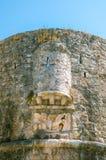 Parede da fortaleza da cidade velha de Budva - Montenegro imagem de stock