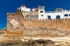 Parede da fortaleza da cidade velha de Essaouira na costa de Oceano Atlântico, Marrocos fotos de stock royalty free