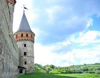Parede da fortaleza com uma torre imagem de stock