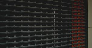 Parede da grade do metal Estrutura do metal das barras e da malha Fundo oxidado vestido escuro da textura da grade do metal video estoque