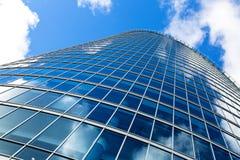 Parede da janela da construção do negócio contra o céu azul Imagens de Stock