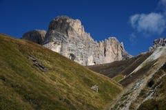 Parede da montanha da dolomite e prados verdes/para o sul Tirol em Italia Fotografia de Stock Royalty Free