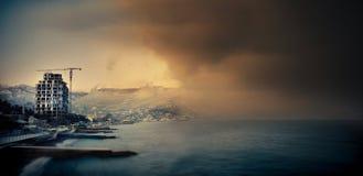 A parede da névoa aproxima-se à cidade de um mar Fotografia de Stock
