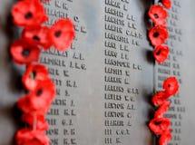 A parede da papoila alista os nomes de todos os australianos que morreram no serviço dos exércitos Fotografia de Stock Royalty Free