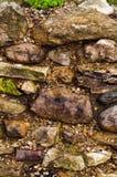 A parede da pedra crua Colocação da pedra selvagem Alvenaria áspera Fotografia de Stock