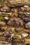 A parede da pedra crua Colocação da pedra selvagem Alvenaria áspera Fotos de Stock Royalty Free