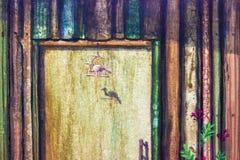 Parede da pintura a óleo e pássaro de madeira, flor vermelha ilustração do vetor