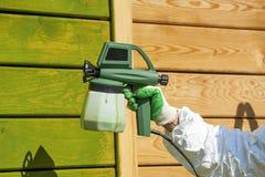Parede da pintura da mão com arma de pulverizador Foto de Stock Royalty Free