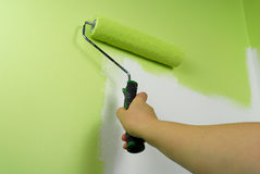 Parede da pintura da mão no verde fotografia de stock