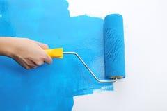 Parede da pintura da mão do ` s do decorador ilustração stock