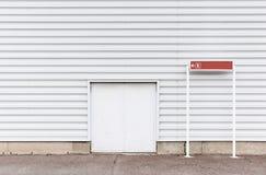 Parede da porta com metálico Fotografia de Stock Royalty Free