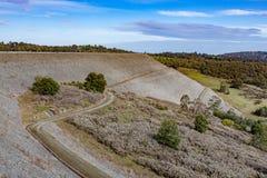 Parede da represa do reservatório de Cardinia, Victoria, Austrália fotos de stock