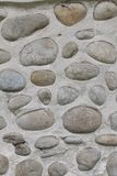 Parede da rocha de pedras naturais do rio Fundo redondo da parede de pedras Teste padrão redondo das pedras do rio Textura das pe Foto de Stock Royalty Free