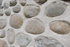 Parede da rocha de pedras naturais do rio Fundo redondo da parede de pedras Teste padrão redondo das pedras do rio Textura das pe Imagem de Stock
