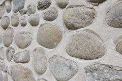 Parede da rocha de pedras naturais do rio Fundo redondo da parede de pedras Teste padrão redondo das pedras do rio Textura das pe Imagens de Stock