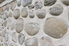 Parede da rocha de pedras naturais do rio Fundo redondo da parede de pedras Teste padrão redondo das pedras do rio Textura das pe Imagens de Stock Royalty Free