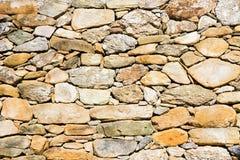 Parede da terraplenagem construída com blocos de pedra Imagens de Stock