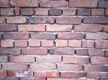 Parede da textura com blocos de tijolos em cores vermelhas e alaranjadas diferentes foto de stock
