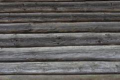 Parede da textura do fundo de uma casa de madeira imagem de stock