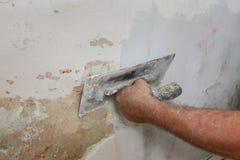 Parede danificada reparo do trabalhador Imagens de Stock
