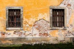 Parede danificada velha com janelas barradas 3 fotos de stock royalty free