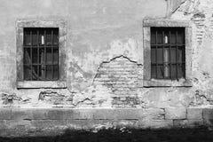 Parede danificada velha com janelas barradas 4 Foto de Stock Royalty Free