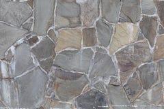 A parede das pedras cinzentas com tom da cor no fundo da textura do cimento foto de stock royalty free