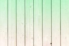 Parede das placas verticais Fundo claro com uma textura de venezianas de madeira e de uma transição incomum da cor foto de stock