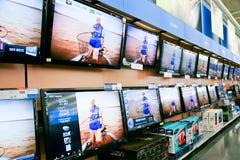 Parede das televisões na loja