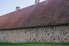 A parede de alvenaria do solar velho Shlokenbek das pedras em Let?nia Celeiro velho imagens de stock royalty free