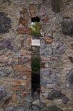 A parede de alvenaria do solar velho Shlokenbek das pedras em Let?nia fotografia de stock