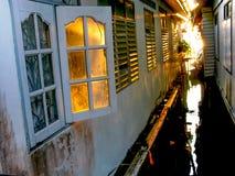 Parede de casas brancas velhas na vila do pescador imagens de stock royalty free
