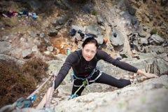 Parede de escalada da jovem mulher feliz Fotografia de Stock Royalty Free