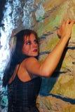 Parede de escalada da menina de Goth Foto de Stock