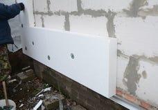 Parede de isolamento da casa do contratante de construção com insulat do isopor imagem de stock
