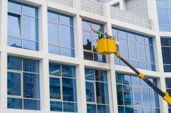 Parede de lavagem do guindaste dos trabalhadores da construção imagem de stock royalty free