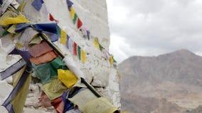 Parede de Leh, de Ladakh, de Jammu e de KasWhite do templo tibetano com bandeiras coloridas video estoque