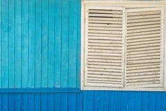 Parede de madeira azul e exterior branco da janela fotos de stock