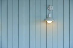 Parede de madeira com lâmpada branca Imagem de Stock Royalty Free