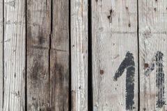 Parede de madeira com número pintado preto 11 imagem de stock