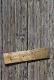 Parede de madeira com placa pregada Fotos de Stock Royalty Free