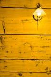 Parede de madeira crua com lâmpada retro. Cor do limão. fotografia de stock royalty free