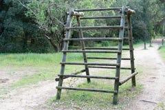 Parede de madeira da grama verde da escada do curso de obstáculo no verão Sunny Day do ar livre do parque imagem de stock