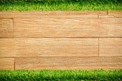 Parede de madeira da prancha com grama fotografia de stock royalty free