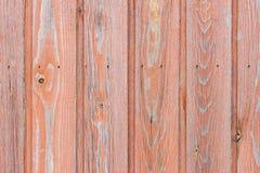 A parede de madeira envelhecida da placa com pintura vermelha desvaneceu-se Imagens de Stock